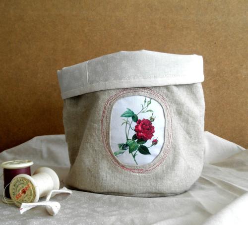 Lněný košík s růží