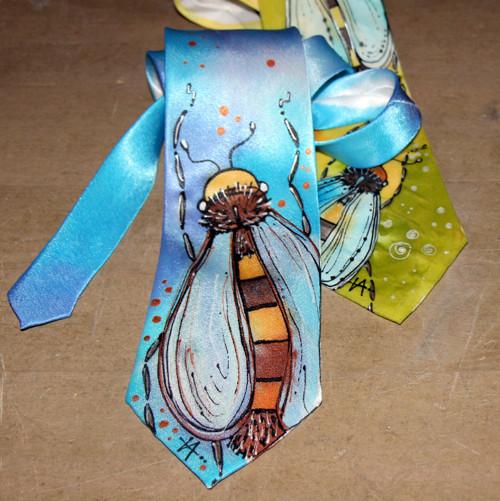 Malovaná kravata se včelkou- modrá  SKLADEM