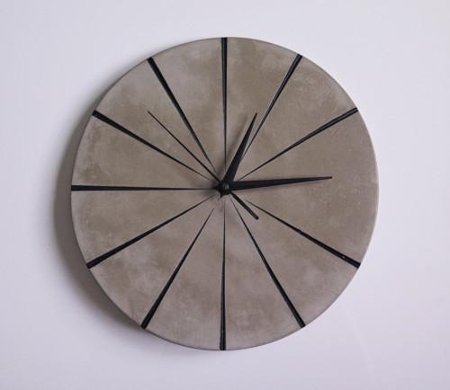 Ručne vyrobené nástenné hodiny – Black concrete
