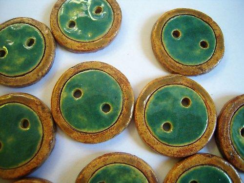 Zeleno-hnědé knoflíky