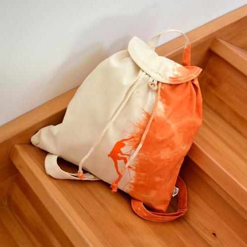 Plátěný batikovaný batůžek s oranžovým horolezcem
