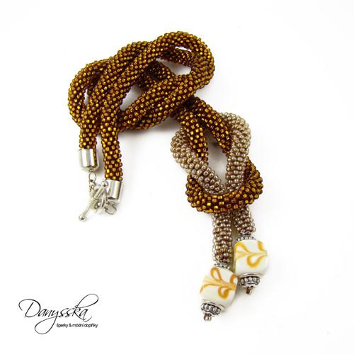 Zlatý háčkovaný náhrdelník