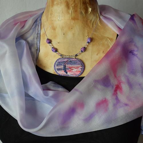 Něžná hedvábná šála +náhrdelník