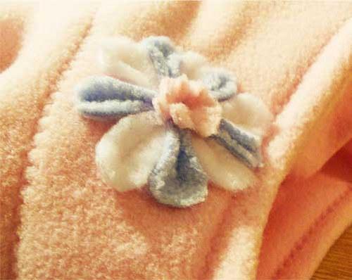 Fleece (flesová) čepička s květinkou