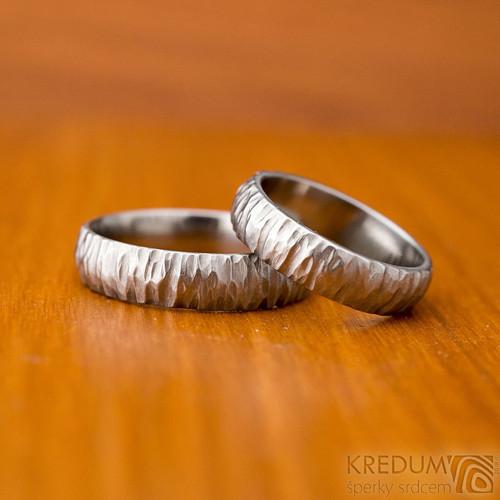 Kovaný nerezový snubní prsten - Klasik bark světlý
