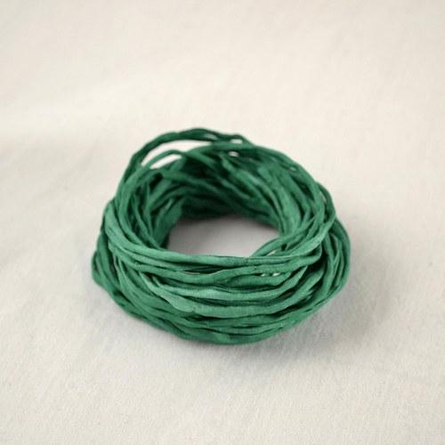 Hedvábná šňůrka smaragdově zelená
