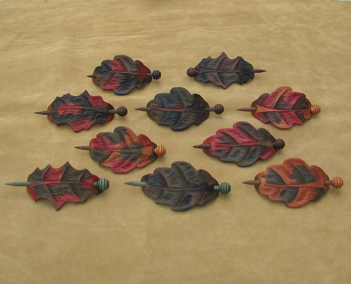 Spona do vlasů kožená ve tvaru listu s jehlicí.