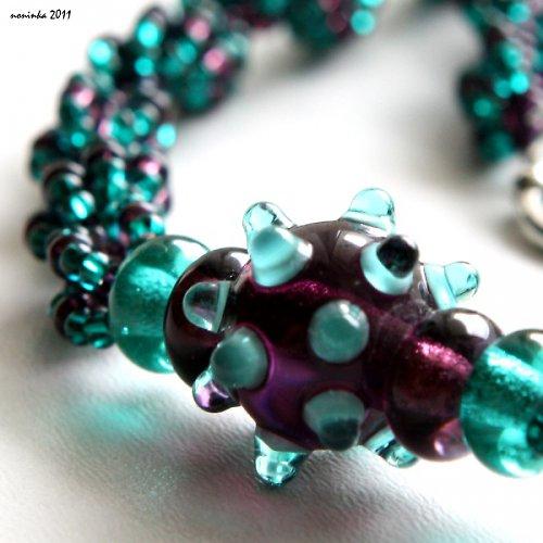 Fialový ježek se zelenýma bodlinama