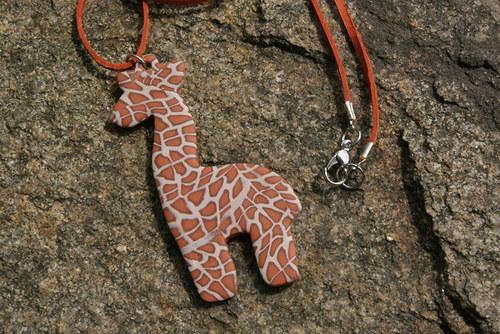 FIMO náhrdelník žirafka na kůži