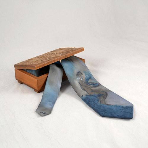 Dívka se skříňkou - kravata
