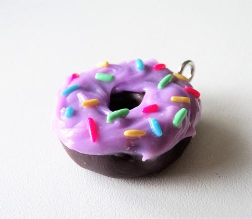 Kakaový donut s ostružinovou polevou