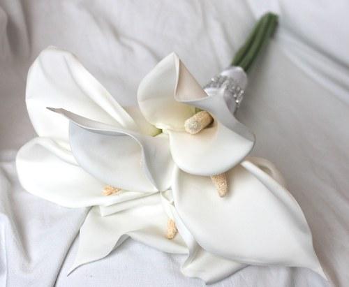 Svatební kytice kaly bílé