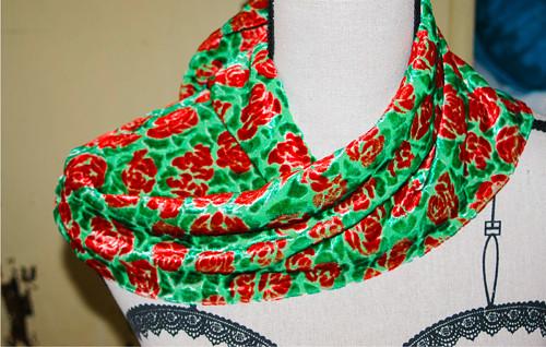 Sametový šátek s pomerančovými růžičkami