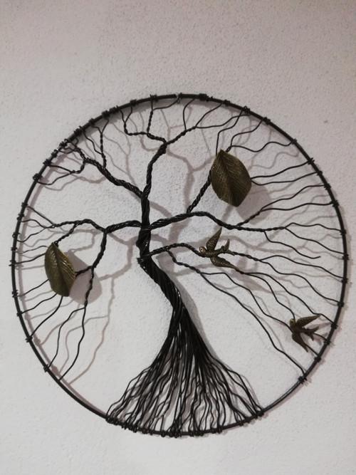 Vlaštovky ve větru drátovaný strom