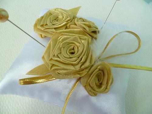 bílozlatý polštářek s textilními růzemi