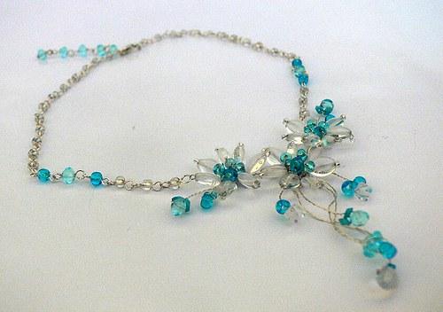 světle modrý náhrdelník a naušnice