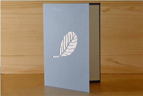 Přání s listem olše - pastelově modrá