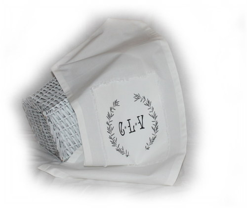 bílý ubrus s nášivkou a ručně malovanou šablonkou