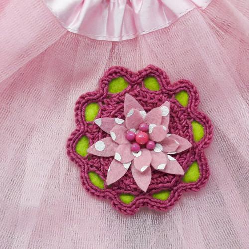 Háčkovaná brož na oblečení s korálky i filcem