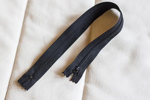 Zip černý nedělitelný 35 cm