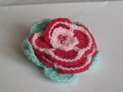 Háčkovaná brož růžička červenorůžová