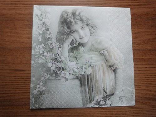 Ubrousek na decoupage - děvčátko s květinami