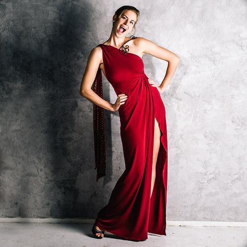 Luxusní šaty s originálním šperkem