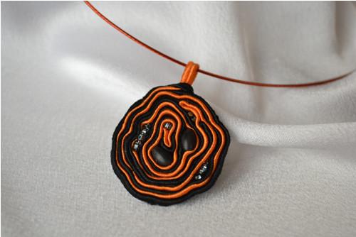 Náhrdelník oranžovo-černý / sutaška