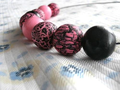 Popraskané růžovo-černé dřevěné korále