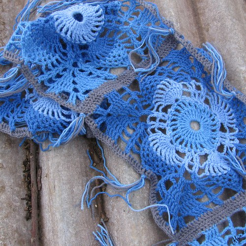 Háčkovaná šála modrá