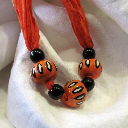 Náhrdelník - oranžové keramické kuličky na hedvábí