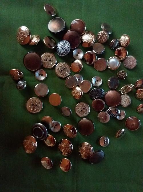 Knoflíky kovové zlaté barvy z nevyužitých přebytků