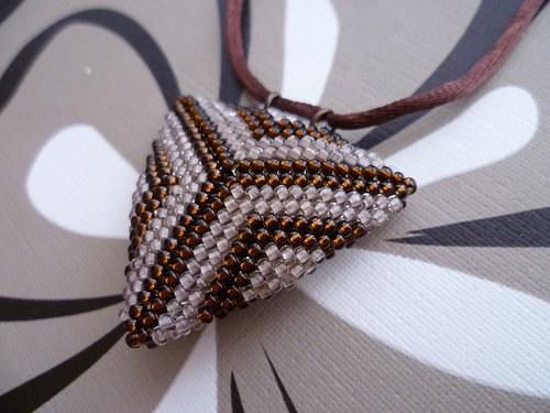 trojúhelník hnědo-béžový