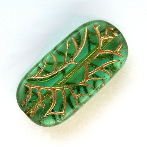 Korálek skleněný zelený ovál zlatě zdobený