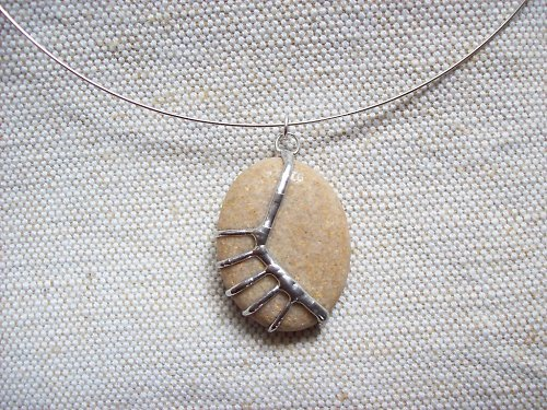 Kamenný šperk béžový s kovovým vzorem