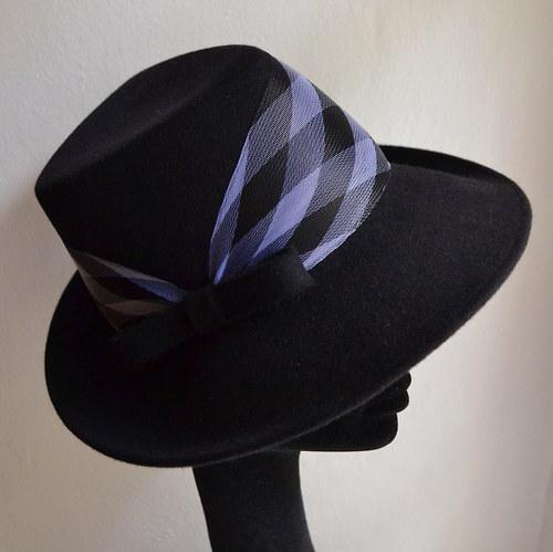 Dámský plstěný klobouk-trojhranná hlavička-kostka