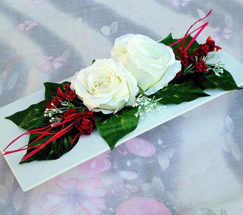 Bílé růže na bílé lesklé misce