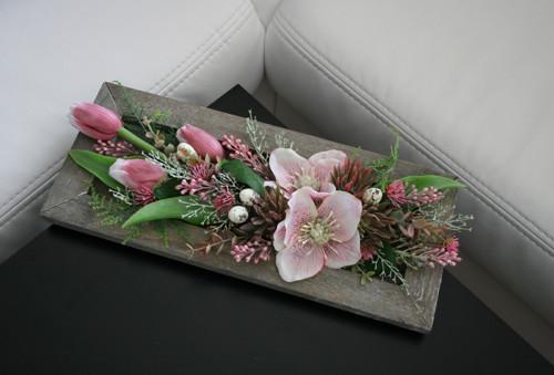 Čemeřice a tulipány v růžové na tácku
