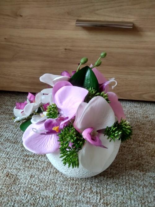 Koule zdobená orchidejemi