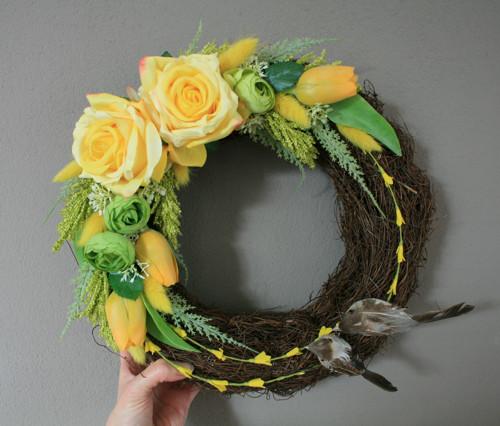 Věneček s růžemi a tulipány ve žluté