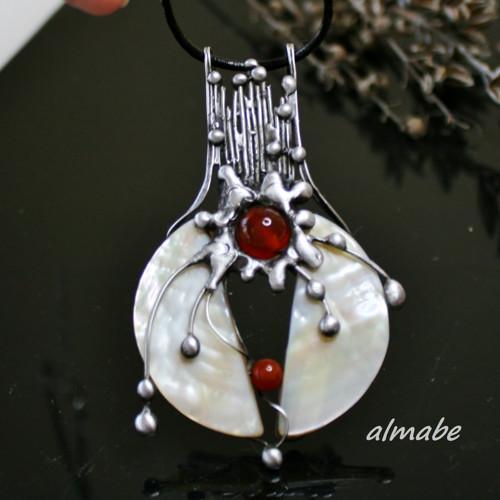 Něžná síla (perleť, karneol)
