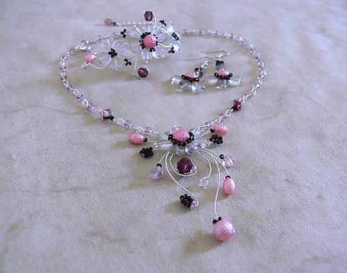 růžovo-fialový šperk