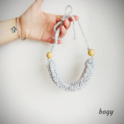 háčkovaný náhrdelník z příze, světle šedý