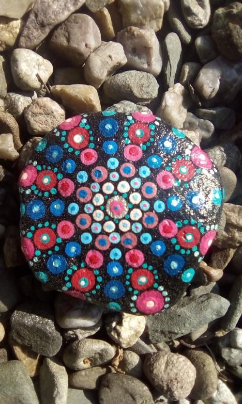 Mandala na kameni, růžovo modrá