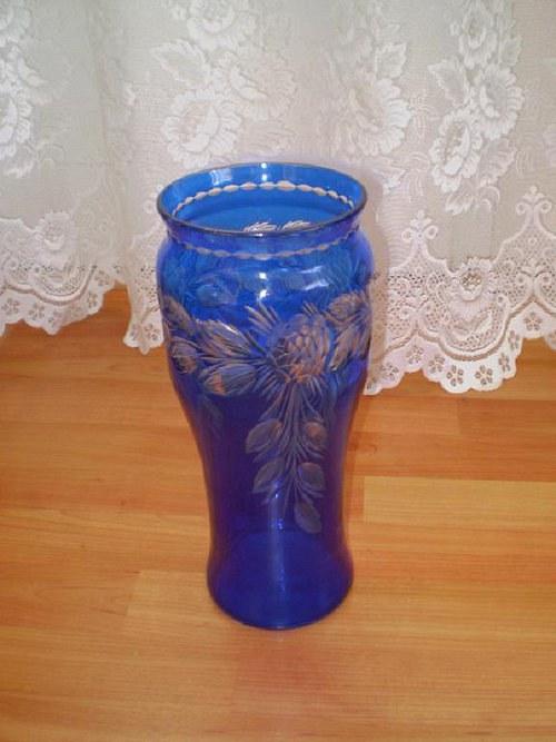 Vybroušená váza s modrým vzorem