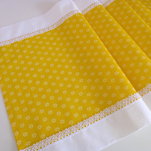 Středový ubrus žlutá s bílou a krajkou