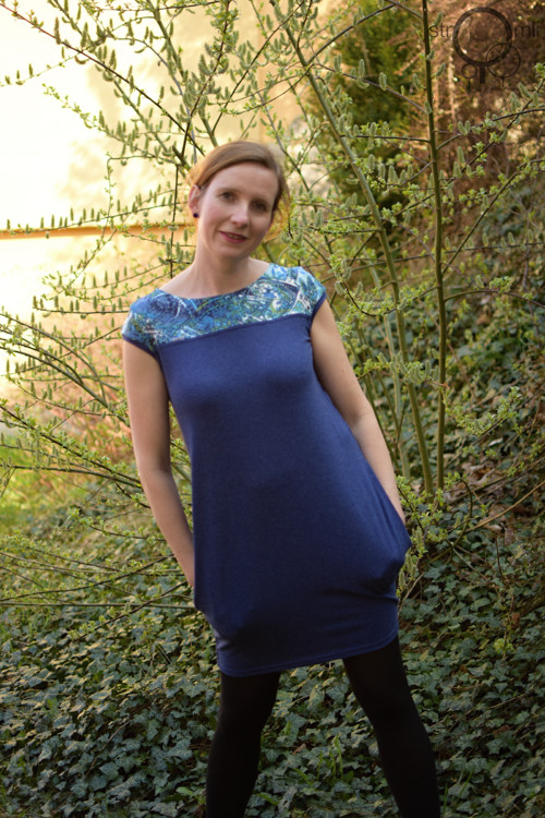 Heboučké modré  šaty sedlo a kapsy,  vel. XS