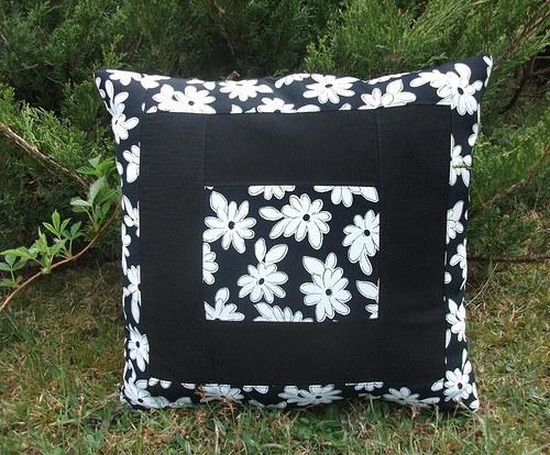 Polštář  květinový černobílý
