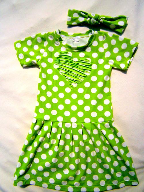 Dětské šaty puntíky na zelené