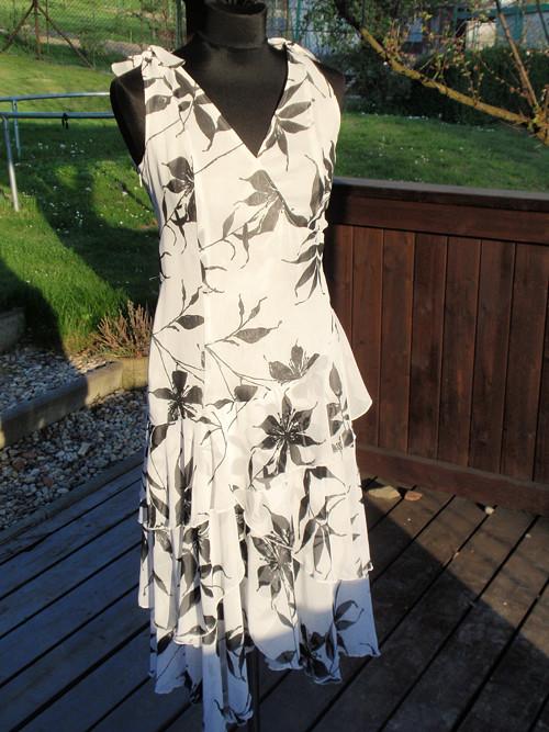 šaty letní černo-bílé s květy 36